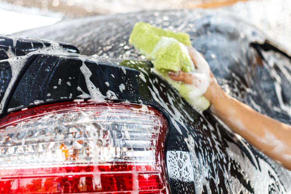 Care sunt utilizarile alcoolului izopropilic in intretinerea si curatarea autoturismului?