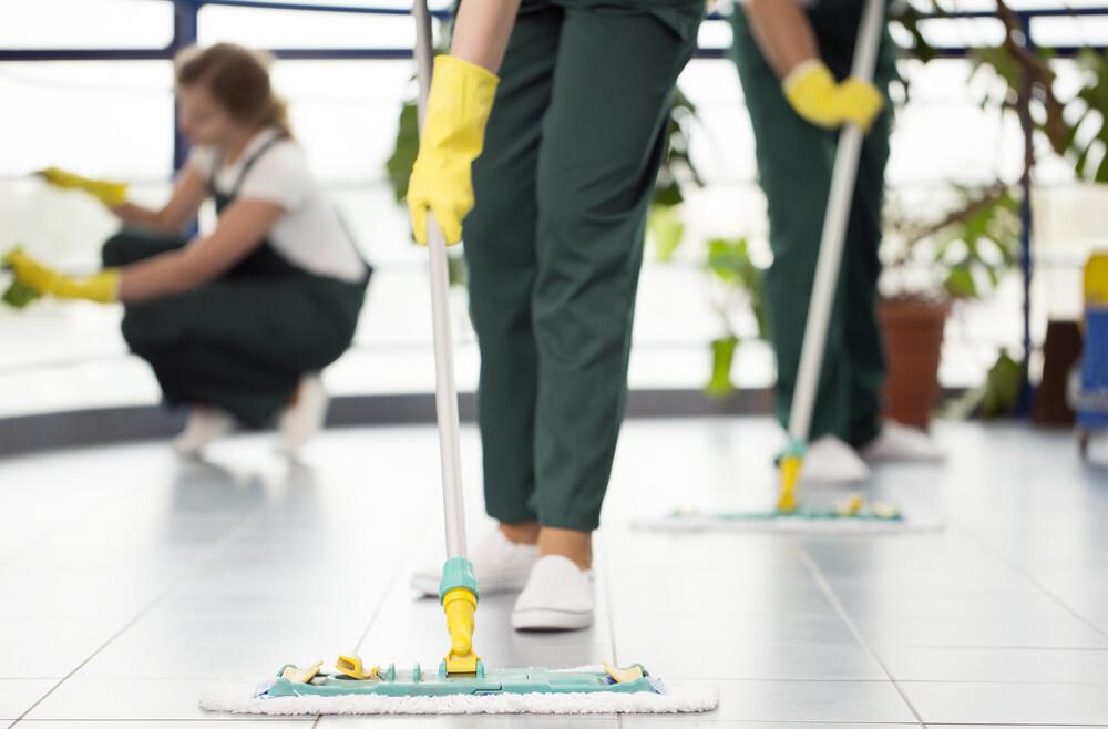 Asociatiile de locatari pot apela la servicii profesionale pentru curatenia in scara blocului